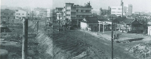 港南中学校30周年記念誌より (昭和40年頃の天満宮・港南中学校前の道路)